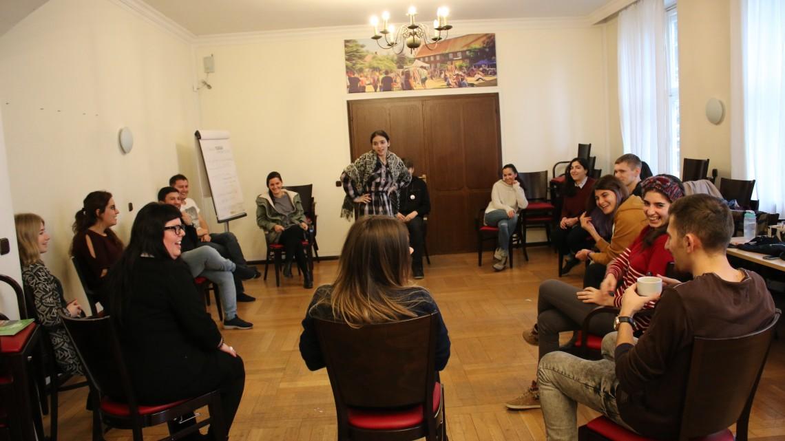 учасниця з Вірменії виступає