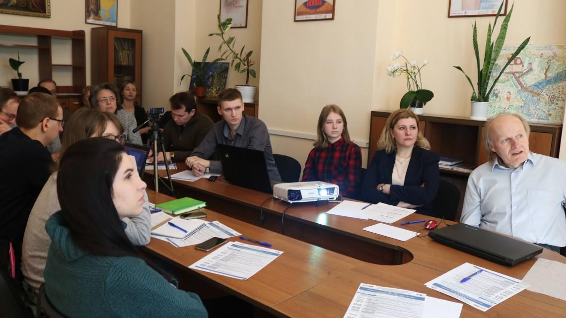 Учасники семінару слухають доповідь