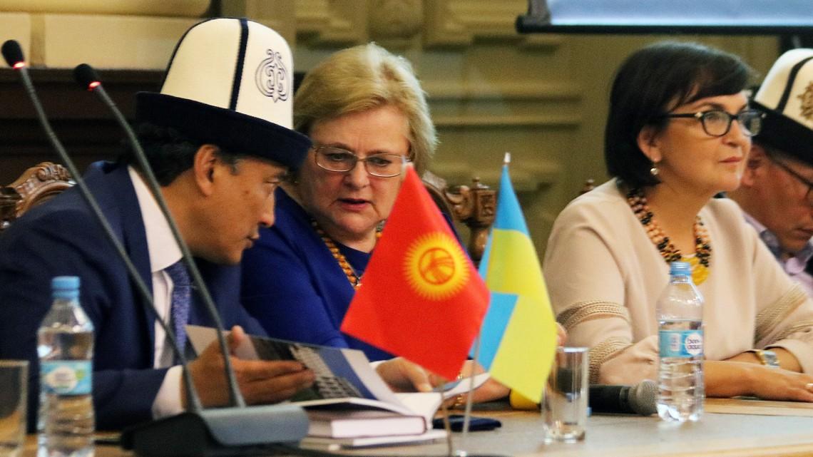Ірина Ключковська спілкується з киргизьким колегою