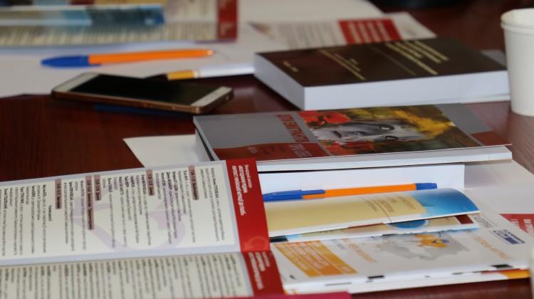 Програми і книжки на столі