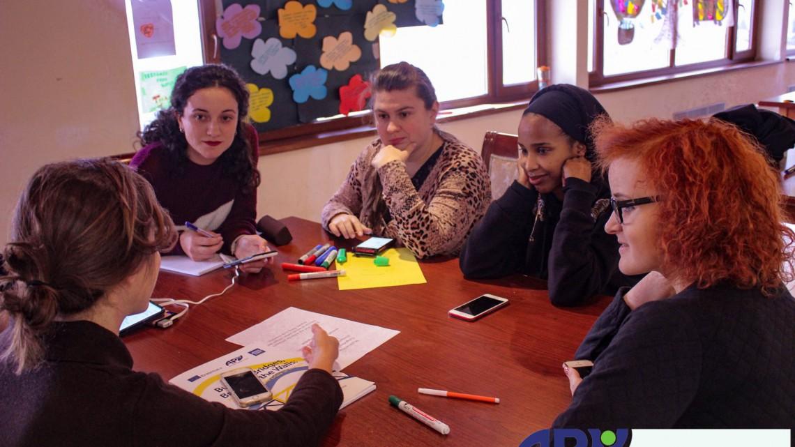 дискусія учасників проекту за столом
