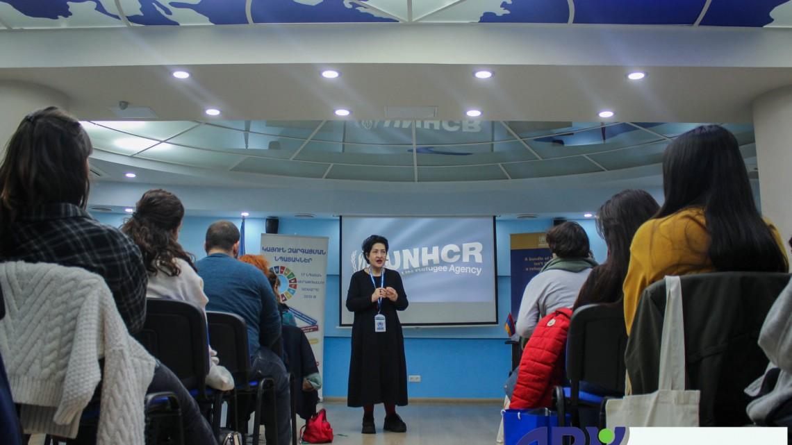 Представниця UNHCR виступає перед учасниками проекту