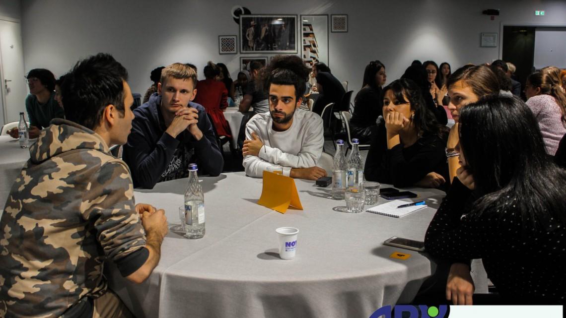 """учасники з різних країн читають """"Живу книжку"""" – біженця з Сирії, який живе у Вірменії"""