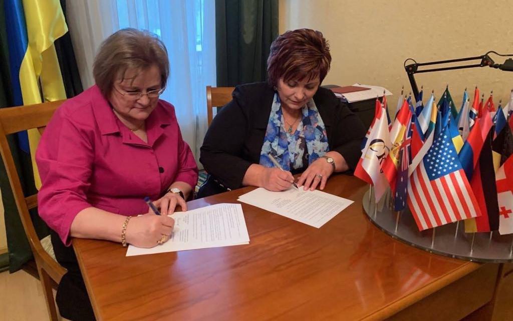 Анна Кисіль та Ірина Ключковська підписують меморандум
