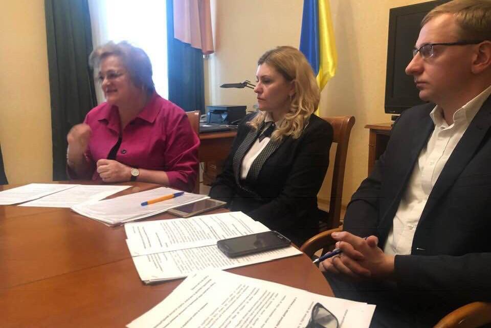 Троє працівників МІОК за круглим столом