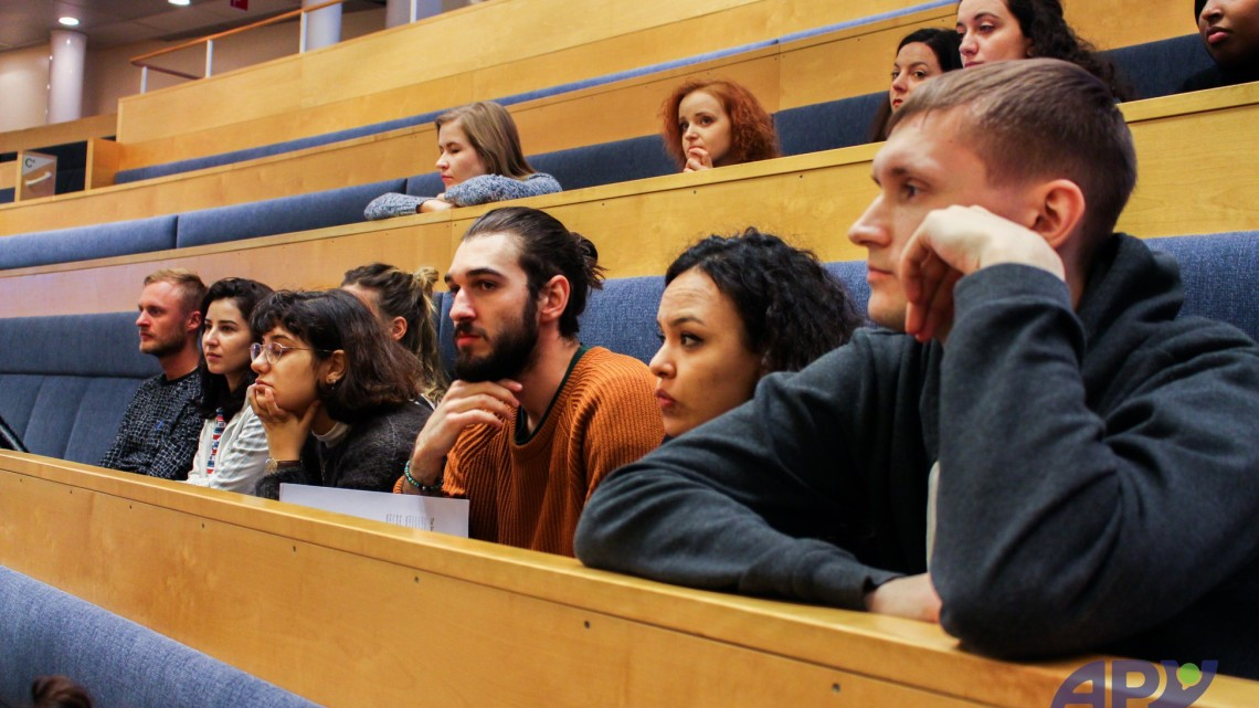учасники навчальної поїздки у залі засідань Риксдагу