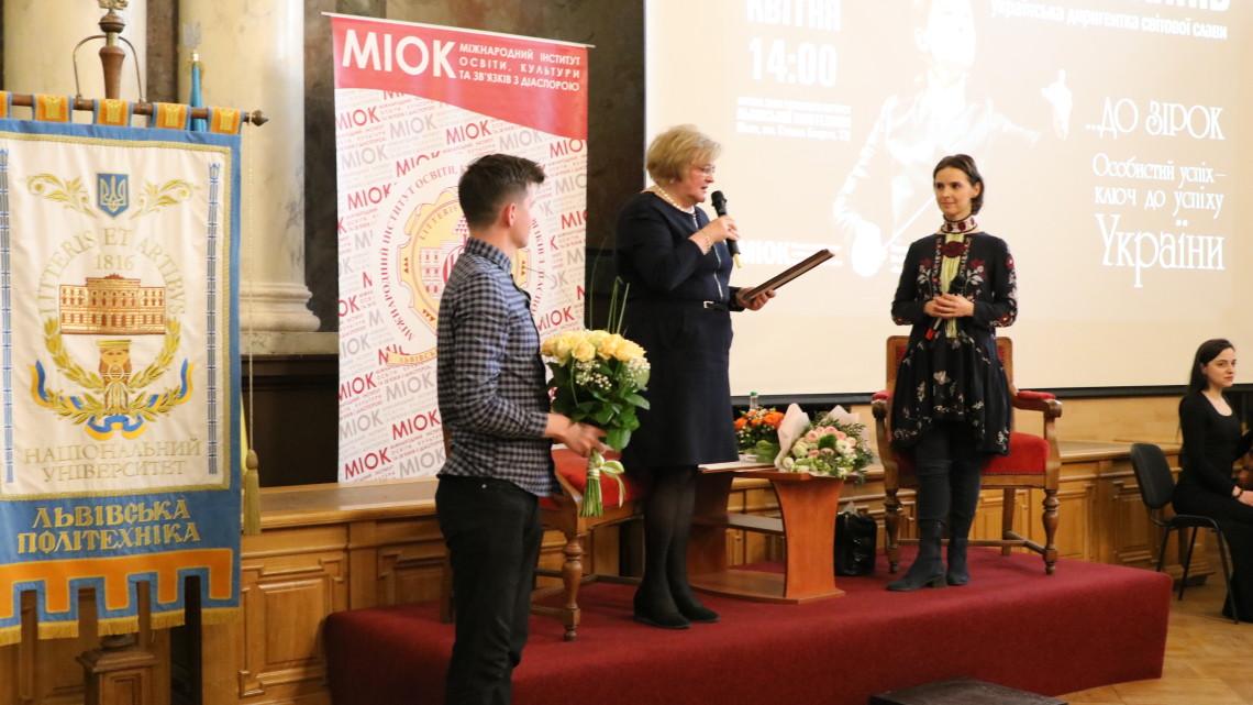 Ірина Ключковська вручає подяку і запрошення на Асамблею Оксані Линів