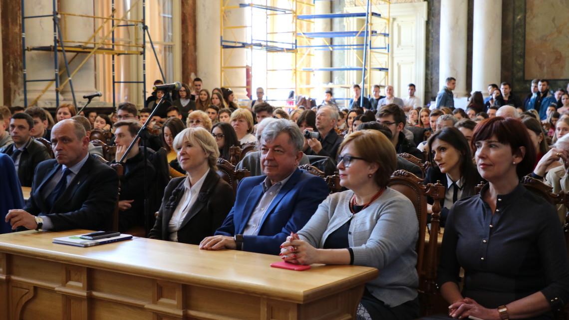 гості сидять у Матейківській залі