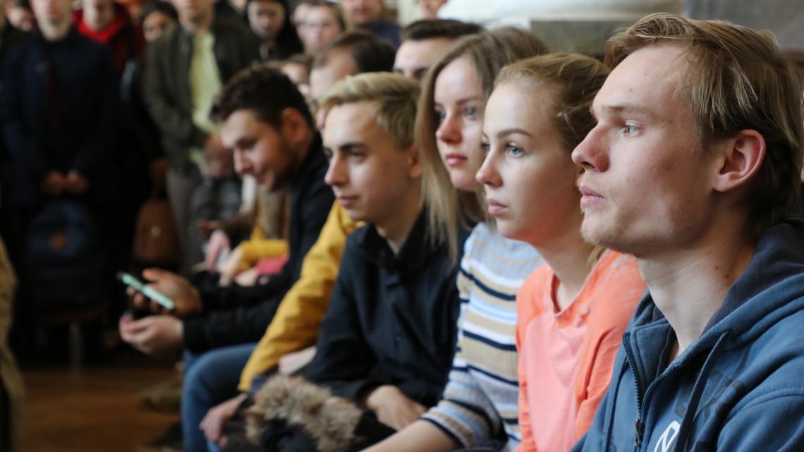 студенти сидять на лавці