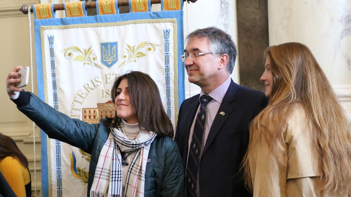 Студентки роблять селфі з Надзвичайним і Повноважним Послом Канади в Україні