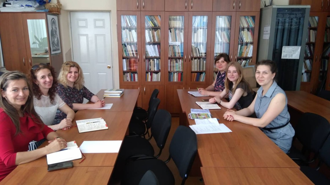 учасники зустрічі в бібліотеці МІОКу