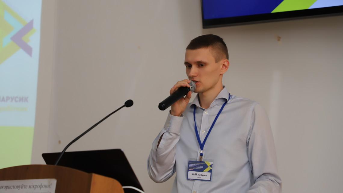 Юрій Марусик представляє результати дослідження громадських активістів