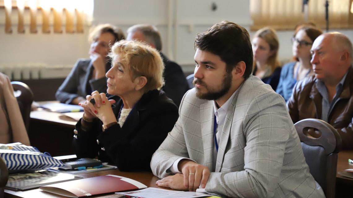 Учасники конференції у залі