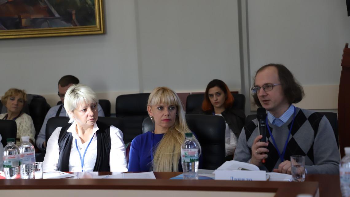 Данило Судин виступає на панельній дискусії