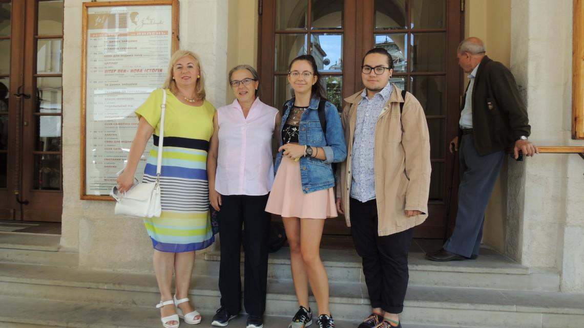 слухачі МІОКівської Школи відвідали виставу «Club самотніх сердець» в академічному українському драматичному театрі імені Марії Заньковецької