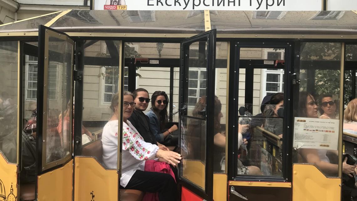 учасники літньої школи МІОКу на екскурсії чудо-поїздом у Львові