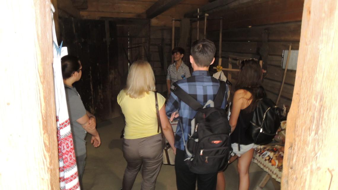 студенти Школи прогулялися в супроводі ґіда Музеєм народної архітектури та побуту імені Климентія Шептицького (Шевченківським гаєм)