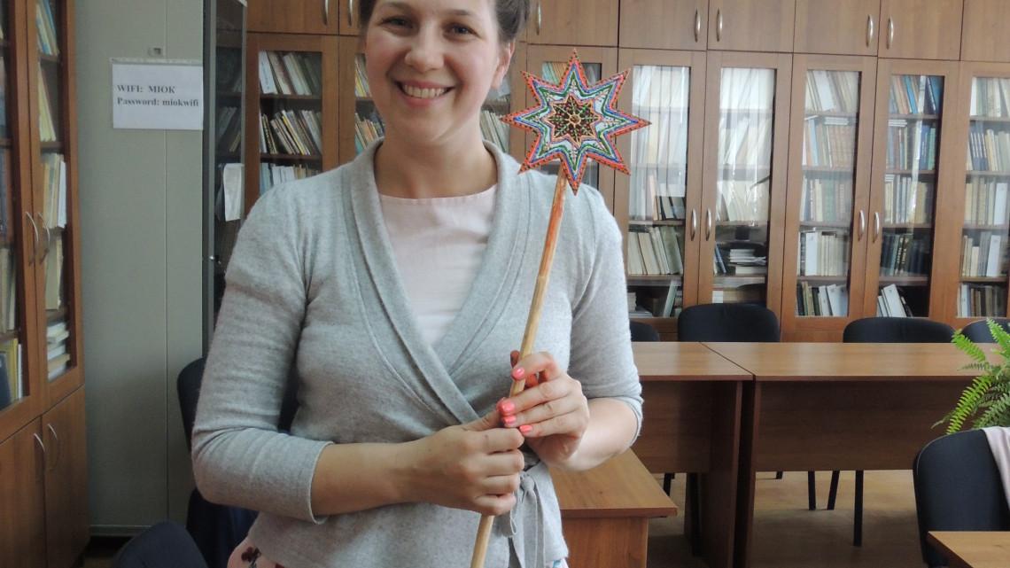 викладачка школи МІОКу з різдвяною зіркою