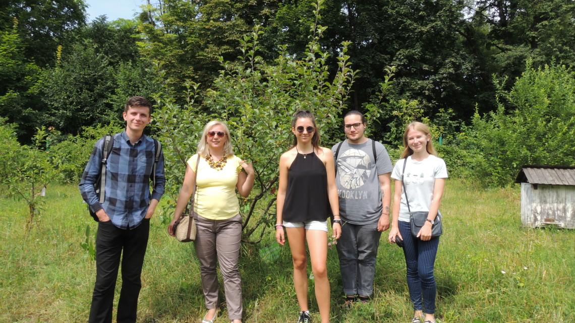 учасники школу Крок до України у саді світового українства