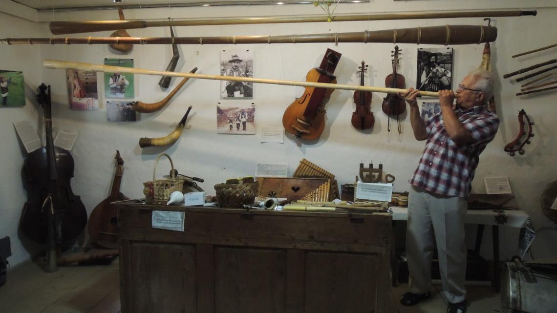 Любомир Кушлик грає на трембіті