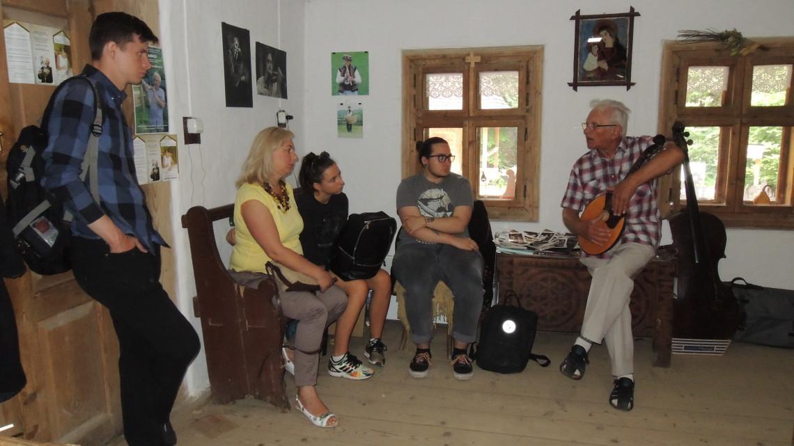 учасники літньої школи на майстер-класі з гри на народних інструментах