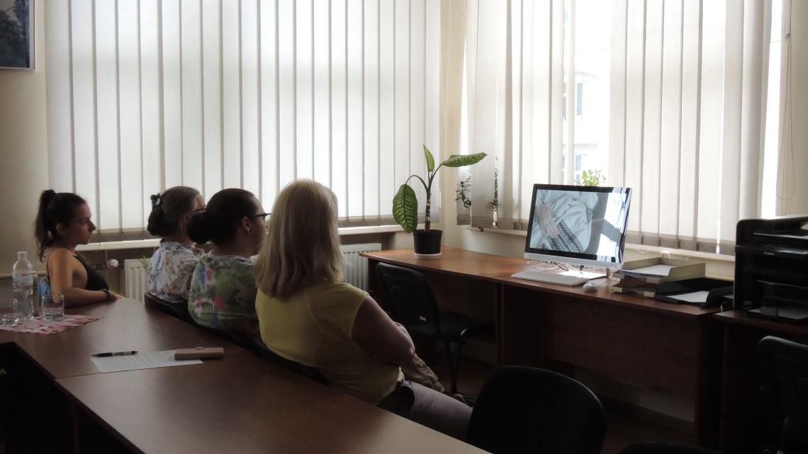 учасники літньої школи МІОКу дивляться фільм Спадок нації