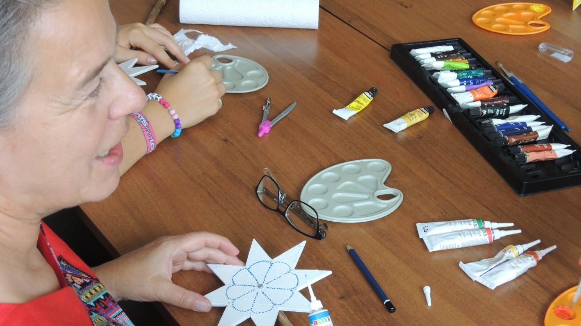 учасники літньої школи МІОКу на майстер-класі з виготовлення різдвяних звізд