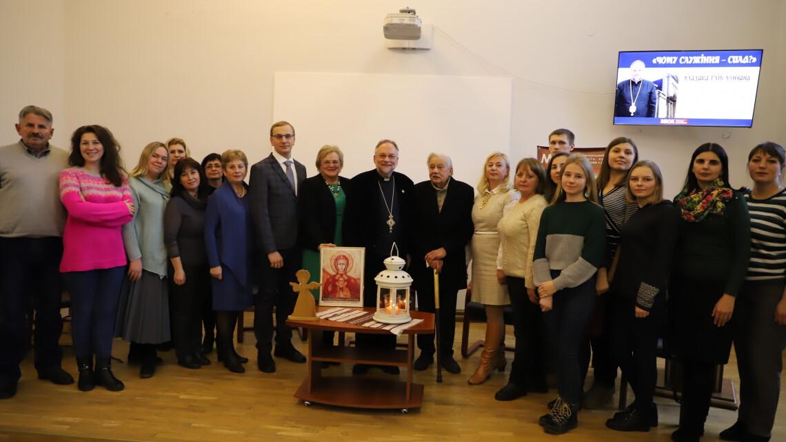 Спільне фото Владики Гліба Лончини з працівниками МІОК