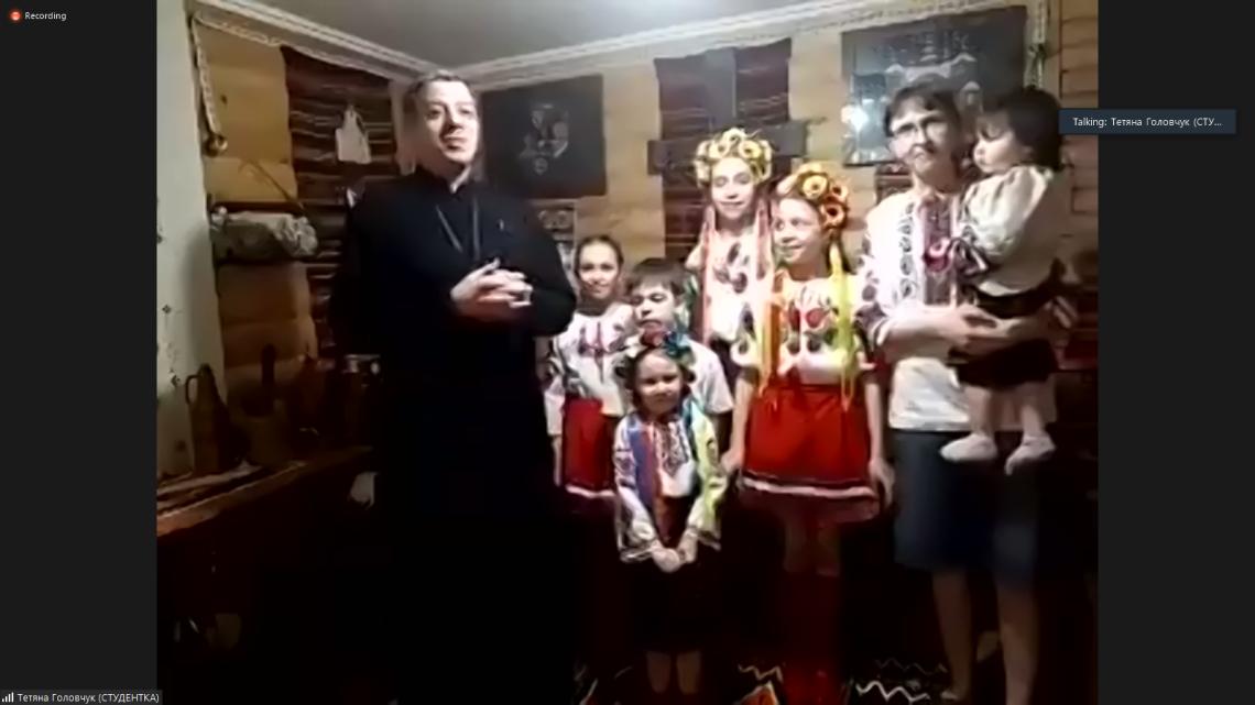 10. Тетяна Головчук, студентка школи «Крок до України» з Казахстану, зі своєю сім'єю